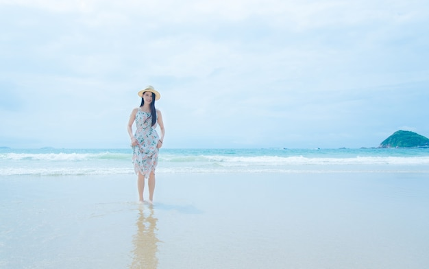 ビーチでリラックスした美しい若い女性