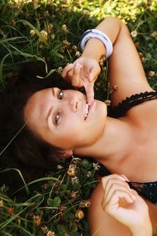 Красивая молодая женщина, отдыхая в парке