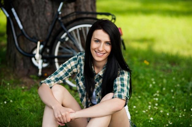 Bella giovane donna che riposa nel parco
