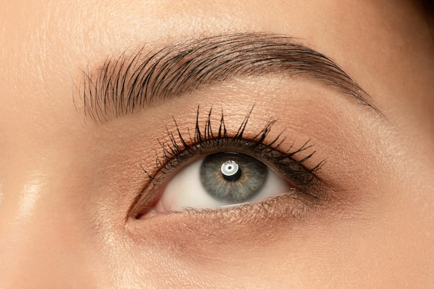 Снимок крупным планом глаз красивой молодой женщины.