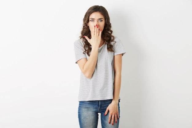 아름 다운 젊은 여자, 충격, 힙 스터 스타일, 청바지, 티셔츠, 흰색 배경에 고립 된 옷을 입고