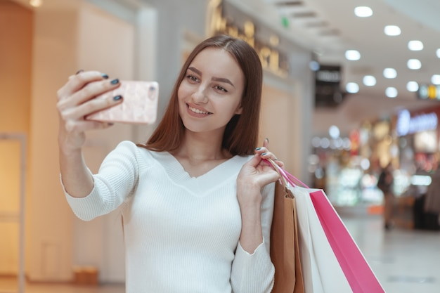 현지 쇼핑몰에서 쇼핑하는 아름 다운 젊은 여자