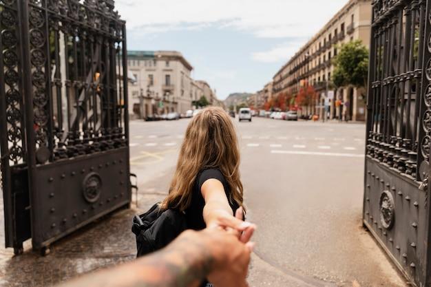 아름다운 젊은 여성 관광