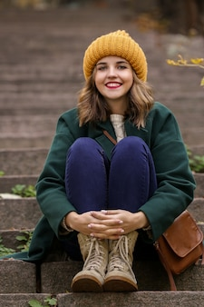 야외 계단에 앉아 아름 다운 젊은 여자