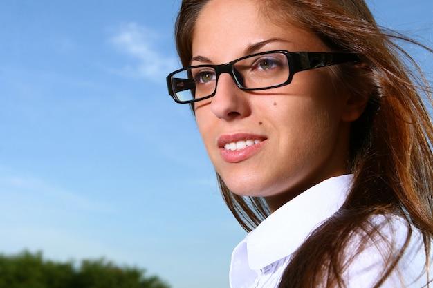 공원에서 아름 다운 젊은 여자 공부