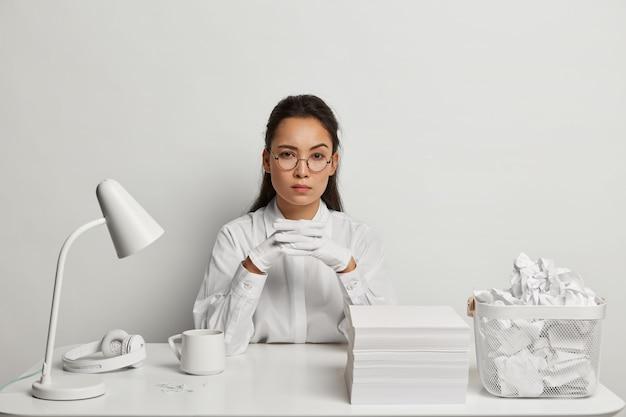 그녀의 책상에서 공부하는 아름 다운 젊은 여자