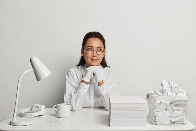 Красивая молодая женщина учится за своим столом