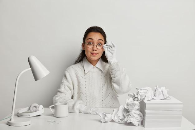 Красивая молодая женщина учится за своим столом Бесплатные Фотографии