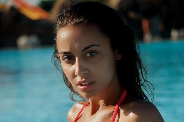 Красивая молодая женщина, плавание в бассейне