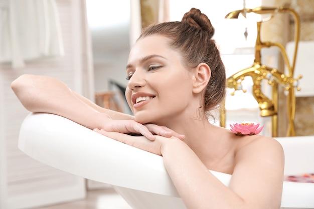 집에서 목욕하는 아름다운 젊은 여성