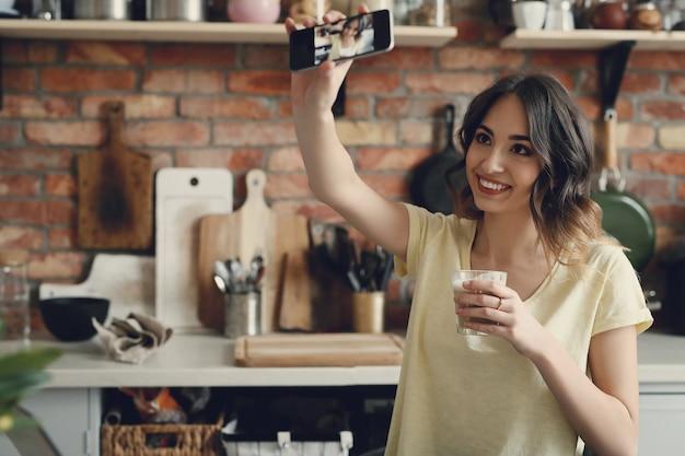 스마트 폰으로 selfie를 복용하는 아름 다운 젊은 여자