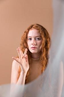 Bella giovane donna che insegna la lingua dei segni