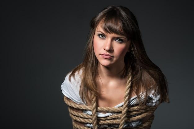 Красивая молодая женщина связали веревкой