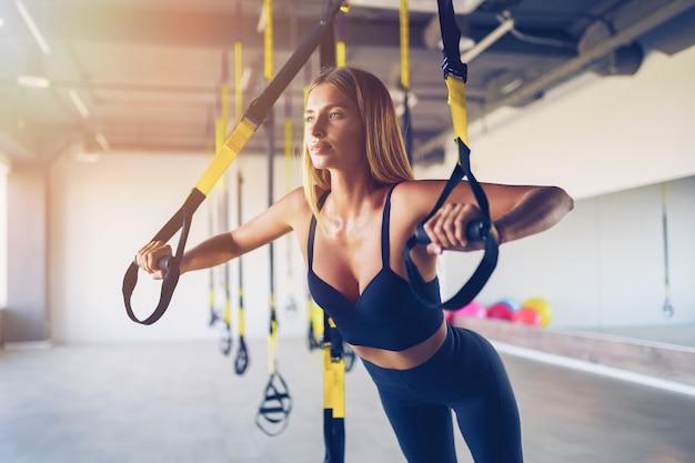 美しい若い女性のトレーニング