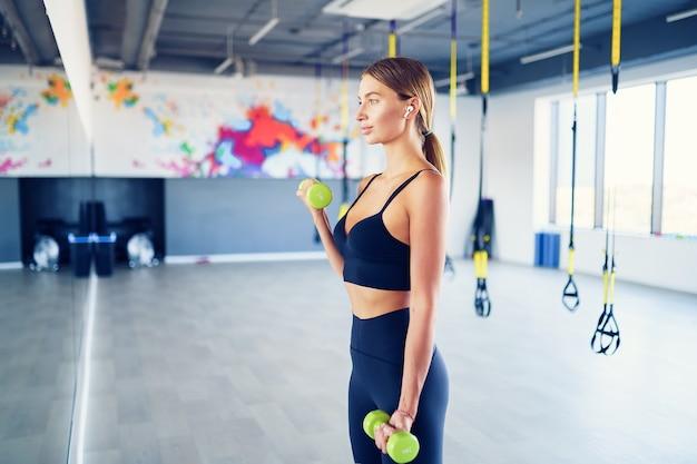 Тренировка красивой молодой женщины
