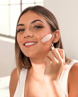 美容製品を試している美しい若い女性