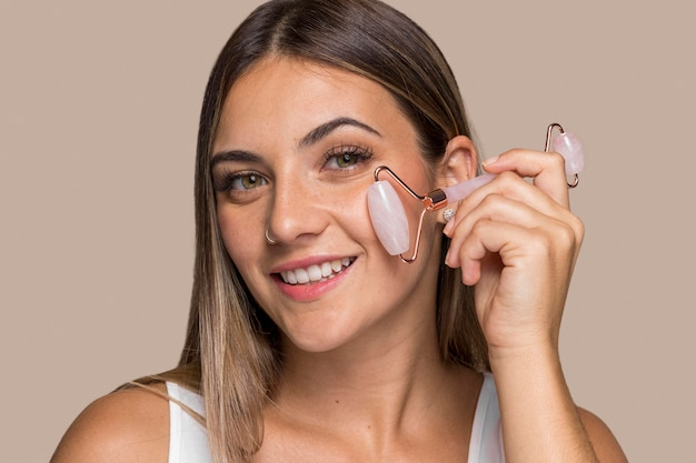 Красивая молодая женщина пробует косметические продукты