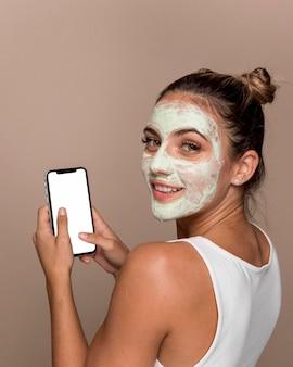 化粧品をしようとしている美しい若い女性