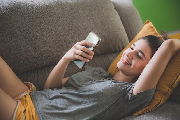 スマートフォンを使用して美しい若い女性