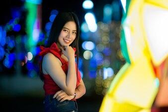 Красивая молодая женщина идет по улице