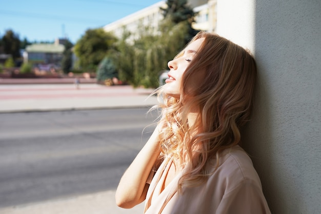 通りを歩く美しい若い女性