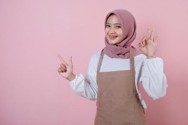미소와 행복 앞치마를 입고 아름 다운 젊은 여자