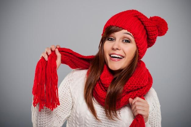 Bella giovane donna che indossa sciarpa e cappello rosso