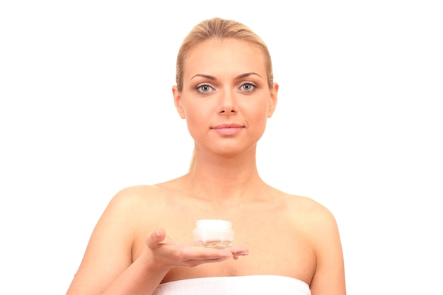 Красивая молодая женщина с банкой сливок на белом фоне крупным планом
