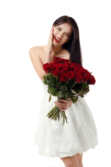 Красивая молодая женщина с большим букетом красных роз