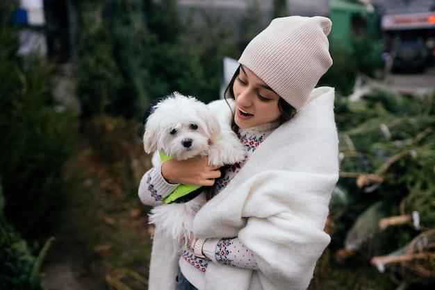 흰 강아지와 함께 아름 다운 젊은 여자