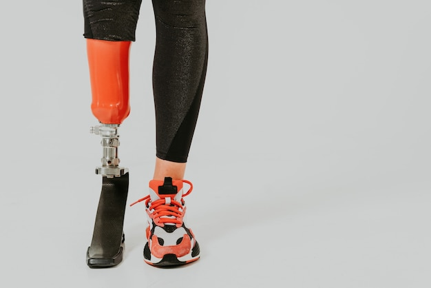절단 된 아름 다운 젊은 여자 다리 장애 절단 된 신체 수치에 대 한 포즈와 예쁜 자신감 여자