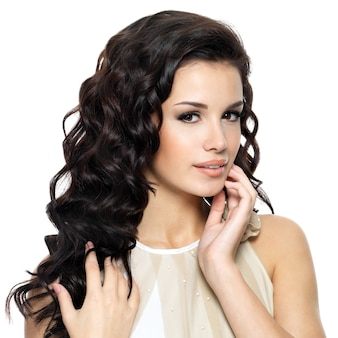 Красивая молодая женщина с длинными вьющимися волосами красоты. портрет модели моды, изолированные на белом фоне