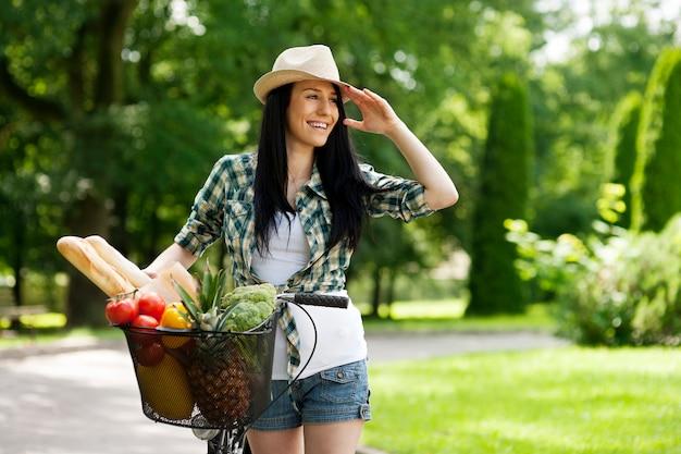 자전거와 함께 아름 다운 젊은 여자