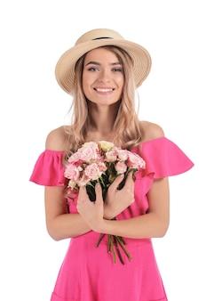 白い背景の花の花束を持つ美しい若い女性