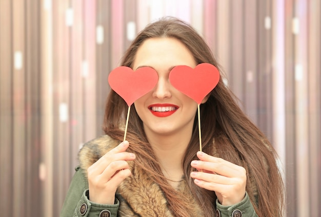 明るい唇を持つ美しい若い女性