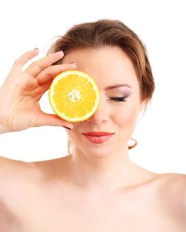 白地にオレンジ、dを保持している明るいメイクの美しい若い女性