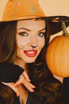 Красивая молодая женщина с кошачьей косметикой