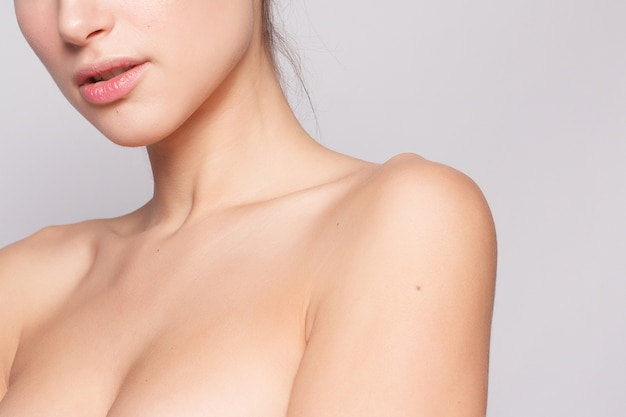 きれいな新鮮な肌を持つ美しい若い女性をクローズ アップ。スキンケアフェイス。美容、美容、スパ。女の子は顔を洗います。美しさの肖像画。パーフェクトフレッシュスキン。ピュアビューティー。若者とスキンケアのコンセプト