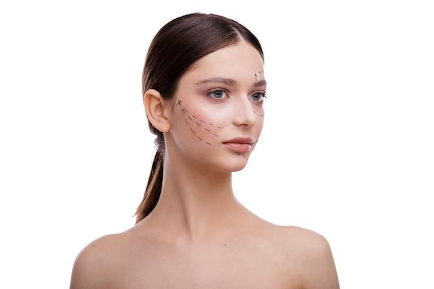 きれいな新鮮な肌の顔を持つ美しい若い女性女の子のフェイシャルトリートメント美容美容とスパ