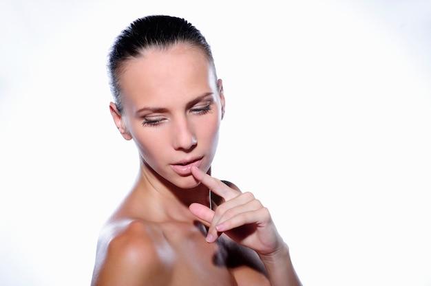 깨끗하고 신선한 피부를 가진 아름 다운 젊은 여자. 여자 아름다움 얼굴 관리. 얼굴 치료.