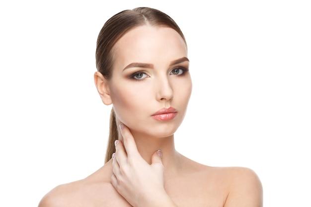 Красивая молодая женщина с чистой свежей кожей, изолированные на белом фоне