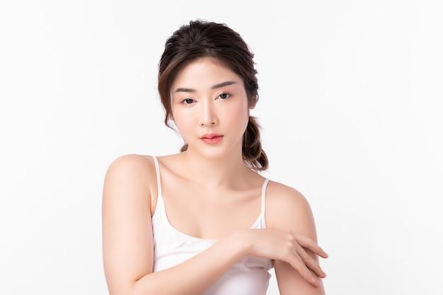 白い背景、フェイスケア、フェイシャルトリートメント、美容、美容とスパ、アジアの女性の肖像画にきれいな新鮮な肌を持つ美しい若い女性。
