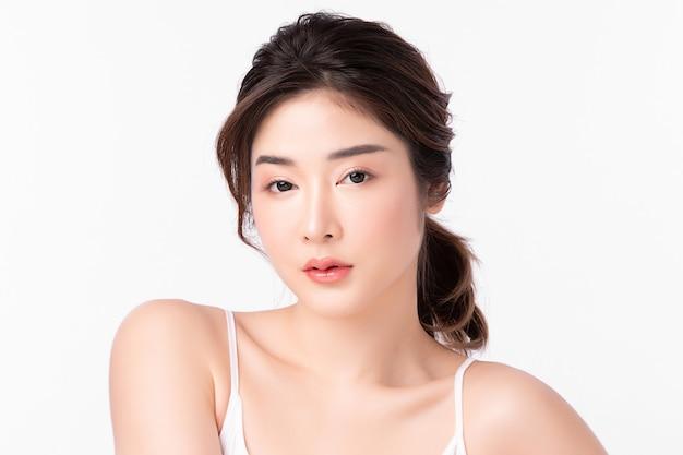 흰색 배경에 깨끗하고 신선한 피부를 가진 아름다운 젊은 여성, 얼굴 관리, 얼굴 치료, 미용, 미용 및 스파, 아시아 여성 초상화.