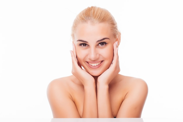 깨끗하고 신선한 피부를 가진 아름 다운 젊은 여자는 자신의 얼굴을 터치합니다. 페이셜 트리트먼트. 미용, 미용 및 스파.