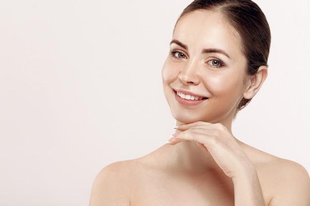 Красивая молодая женщина с чистой свежей кожей