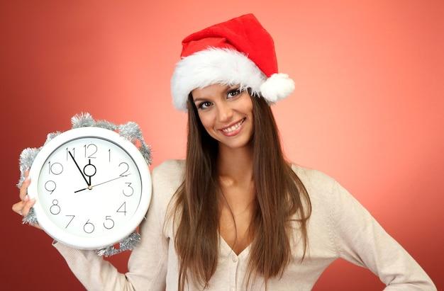 시계와 함께 아름 다운 젊은 여자,