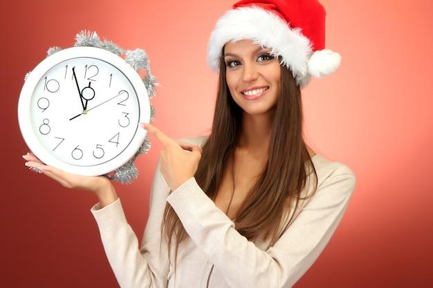 시계와 함께 아름 다운 젊은 여자