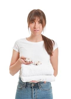 白い背景に綿の花とタオルと美しい若い女性