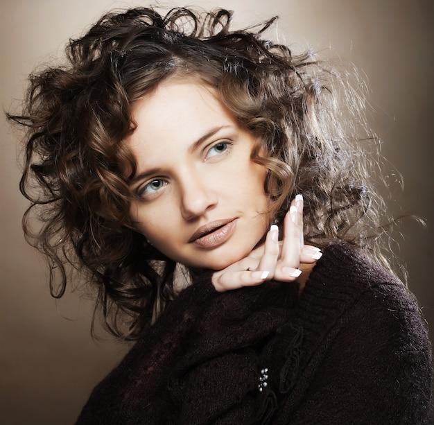 Красивая молодая женщина с вьющимися волосами