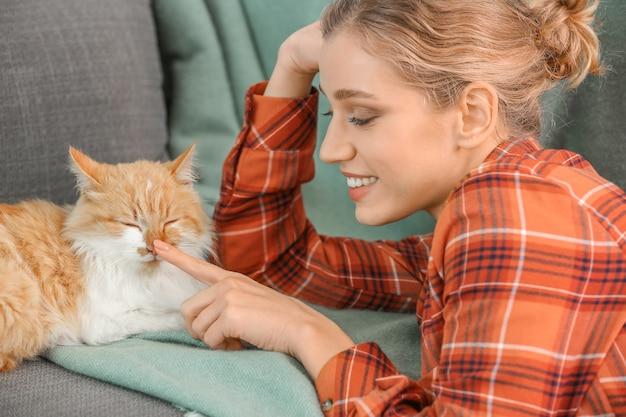 家でかわいい猫と美しい若い女性